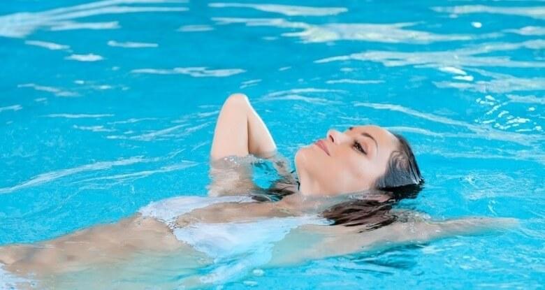 Frau relaxed im Thermalwasser