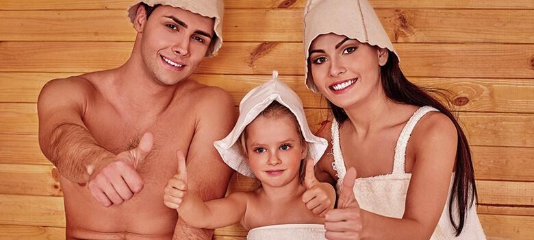 Eltern mit Kind in der Sauna