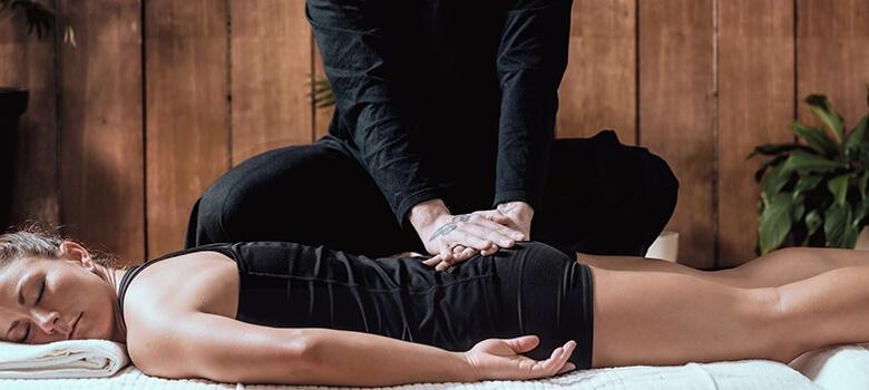 Frau bei der Shiatsu Massage